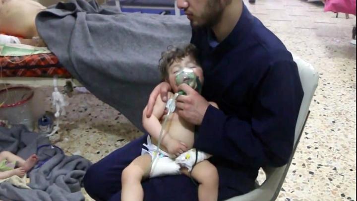 Sanitäter mit Kleinkindnach Giftgasangriff