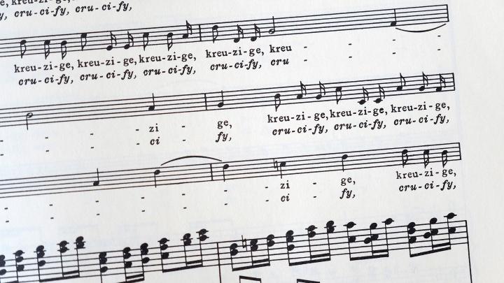 """Auszug aus der """"Johannespassion"""" von 1724 von Johann Sebastian Bach mit dem Text """"Kreuzige ihn""""."""