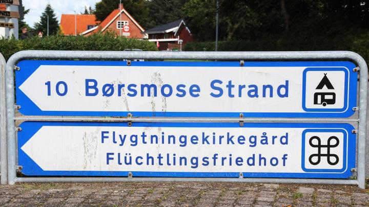 Hinweisschild zum Flüchtlingsfriedhof Oksboel in Dänemark.
