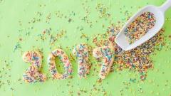Kekse in Form der Zahl 2017 mit bunten Zuckerstreuseln.