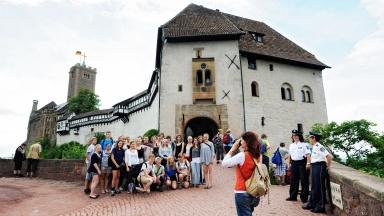 Touristengruppe vor der Wartburg in Eisenach.