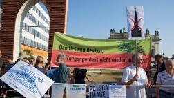 """Gegner des Bauvorhabens protestierten unter dem Motto """"Mal wieder Zeit fuer eine ordentliche Reformation"""" vor dem historischen Standort der Kirche."""