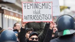 """Mehrere hundert Demonstranten habenn Berlin einen flüchtlingsfeindlichen """"Frauenmarsch"""" gestoppt."""