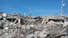 Aufgehäufte Trümmer und Schutt unter blauem Himmel in Pedernales.