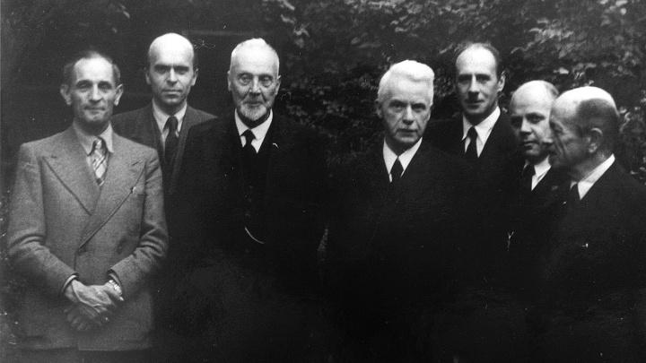 Die sieben Sprecher des neu berufenen Rates der EKD bei der Treysaer Kirchenkonferenz 1945 v.li.n.re.: Der stellvertretende Ratsvorsitzende Martin Niemöller, Wilhelm Niesel, der Ratsvorsitzende Theophil Wurm, Hans Meiser, Heinrich Held, Hanns Lilje, Otto D