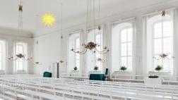 Innenansicht des Betsaals mit 110-zackigem Adventsstern, Brüdergemeine Herrnhut