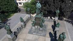 Martin Luther steht in der Mitte einer Skulpturengruppe in Worms
