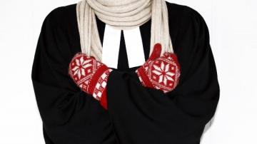 Pfarrer dürfen nur ihren Talar und ein Barett tragen.