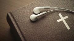 In-Ear-Kopfhörer auf Bibel
