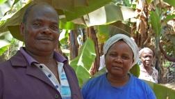 Manasseh und Sofie Wachira von der Kooperative Mitooini zwischen ihren Bananenstauden am Mount Kenya.