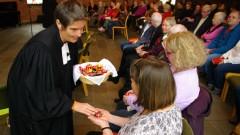 """""""Gemeinden müssen den Umgang mit Demenzkranken lernen"""" - Pfarrerin Eva Escha teilt Schokolade aus"""