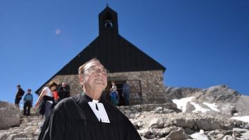 Der evangelische Pfarrer Christian Guenther steht am 23.08.2016 auf dem Zugspitzplatt bei Grainau (Bayern) vor der Kapelle Maria Heimsuchung.