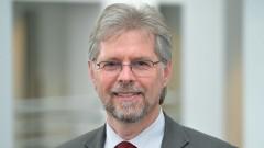 Porträt von Martin Heimbucher im Kirchenamt der EKD in Hannover.