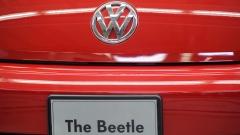 Zehn zu Versuchsobjekten degradierte Affen kauern in einem Testlabor im Wüstenstaat New Mexico und atmen stundenlang Abgase eines VW-Beetles ein.