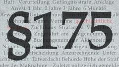 Der Paragraf 175 - im Hintergrund zu sehen sind Wörter aus Akten, Urteilen gegen Homosexuelle: Haft, Zuchthaus, geschlechtliche Neigung etc.
