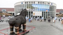 Ein Nachbau des Trojanischen Pferdesvor dem Eingang der Internationalen Tourismus-Börse