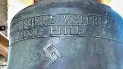 Eine Glocke mit Hakenkreuz und NS-Inschrift