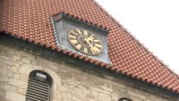 Uhr auf Kirchendach