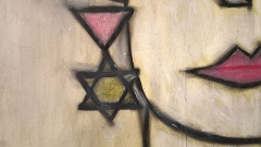 Bild zeigt einen Ausschnitt eines Gemäldes des Autors Holger Evang-Lorenz mit dem Titel mit doppeltem Stigma - Kopf, am Ohr einen Anhänger mit dem rosa Winkel und dem Davidsstern