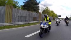 Letzte Ehre für auf der Straße verstorbene Motorradfahrer.
