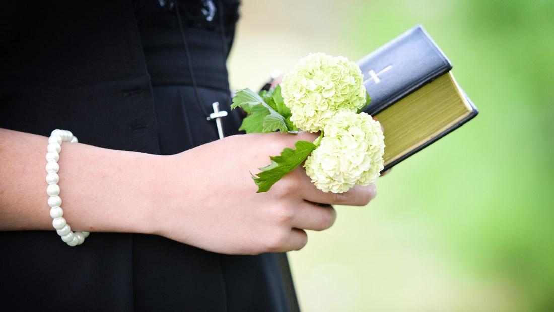 Konfirmandin mit Blumenstrauss