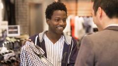 Abdou absolviert ein Praktikum im Bekleidungsgeschäft.