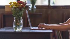 Frau schreibt auf einem Laptop.