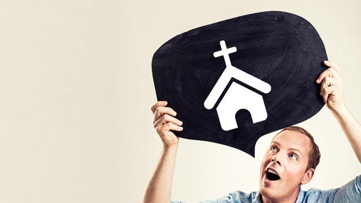 Ein Mann hält eine Sprechblase mit einem Kirchensymbol über seinen Kopf.