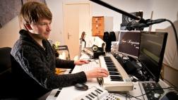 Der Musiker Alexander Paprotny bietet an, in seinem Tonstudio ein Abschiedslied zu arrangieren.