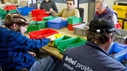 Mitarbeiter arbeiteten in der Bernhard-Mosberg-Werkstatt der Bethel-Stiftung in Bielefeld (Archiv).
