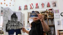 Künstlerin Suzy van Zehlendorf in ihrem Atelier mit ihren Hühnern.