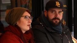 Julia und Thomas gedenken der vielen Opfer, die der Anschlag in Paris gefordert hat.