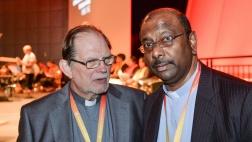 Der Generalsekretär der Weltgemeinschaft Reformierter Kirchen, Chris Ferguson (l.) und der Präsident der WCRC, Jerry Pillay, beim Eröffnungsgottesdienst der 26. Generalversammlung in Leipzig.
