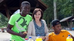 Zwei Jugendliche und eine Betreuerin beim Zuckerfest des Christlichen Jugenddorfwerks in Frankfurt.