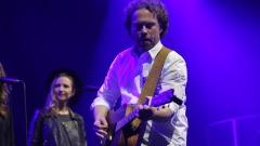 Tim Linde mit Gaitarre auf der Bühne