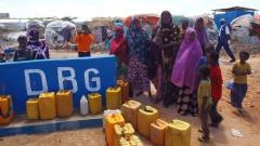 Wasserstelle in einem Lager für Flüchtlinge am Rande von Mogadishu. Die Partnerorganisation der Diakonie Katastrophenhilfe DBG versorgt die Menschen mit Wasser, Lebensmitteln, Latrinen und Notunterkünften.