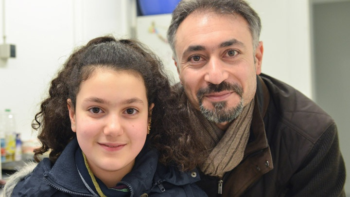 Die 13-jährige Fatima Shawkat mit ihrem Vater Sindibad Ahmad Shawkat in einer Fluechtlingsunterkunft in Freiburg.
