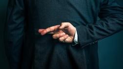 Mann hält Finger hinter seinem Rücken gekreuzt
