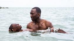 """Szene aus dem Film """"Moonlight"""": Juan (Mahershala Ali) bringt dem jungen Chiron (Alex R. Hibbert) das Schwimmen bei."""