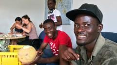 Studierende und Flüchtlinge kochen gemeinsam.