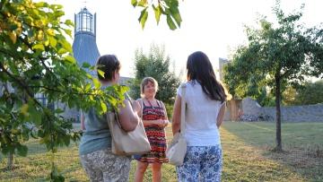 """Swetlana Tissen (Mitte) kam als Spätaussiedlerin aus Kasachstan über die Ukraine nach Deutschland. Heute hilft sie den """"Neuen"""" wie Stella (links) und Nadja (rechts) beim Ankommen"""