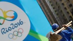 Ein Arbeiter läuft an einem Werbeplakat für Olympia 2016 in Rio vorbei.