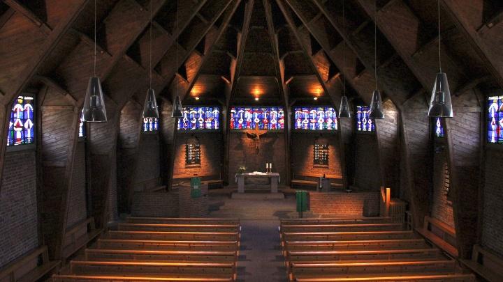 Als erste Notkirche wurde die Pforzheimer Auferstehungskirche vor 65 Jahren eingeweiht, am 26. Oktober 1948. Das neue Gotteshaus auf dem Weiherberg wurde nach den Plänen von Otto Bartning erstellt, der heute als bedeutendster protestantischer Kirchenarchit