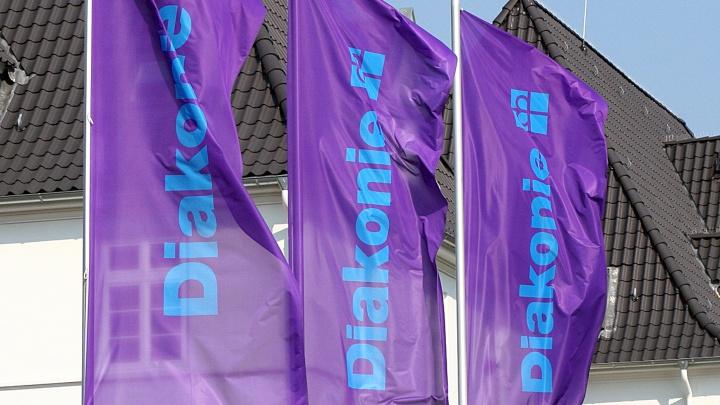 Diakonie-Fahnen des evangelischen Hilfswerks