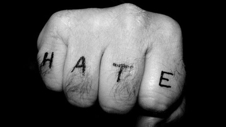 """Geballte Faust mit der Inschrift """"Hass"""""""