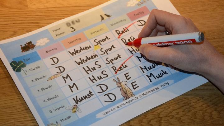 Der Stundenplan eines Grundschülers. Der Religionsunterricht findet nicht statt