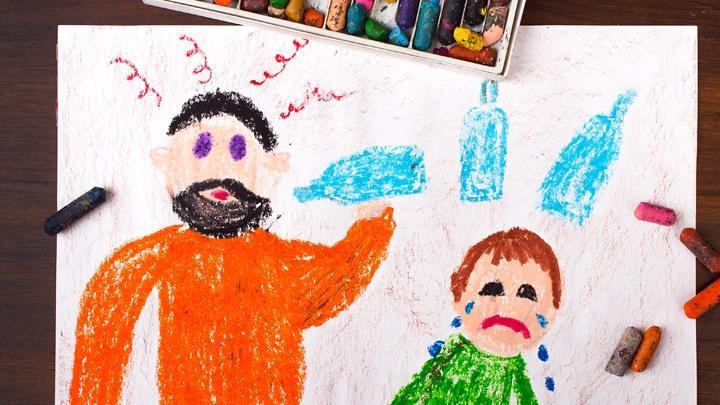 Kinderzeichnung zeigt einen Alkohol trinkenden Mann und ein weinendes Kind.
