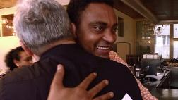 Am Ende eines Schuljahres, das die Flüchtlinge gelegentlich an die Grenze des Machbaren führte - Der Eritreer Berekat Tesefay umarmt Kursleiter Heinz Gerig