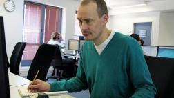 """""""37 Grad - 40 Stunden schaff' ich nicht"""": Rainer G. sitzt am PC und arbeitet."""