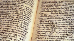 Das westeuropäische Christentum gründet seine gesamte Theologie in der Hauptsache auf die Vulgata des Hieronymus, die lateinische Übersetzung der griechischen und der hebräischen Bibel, hier ein Exponat aus dem Jahr 1709